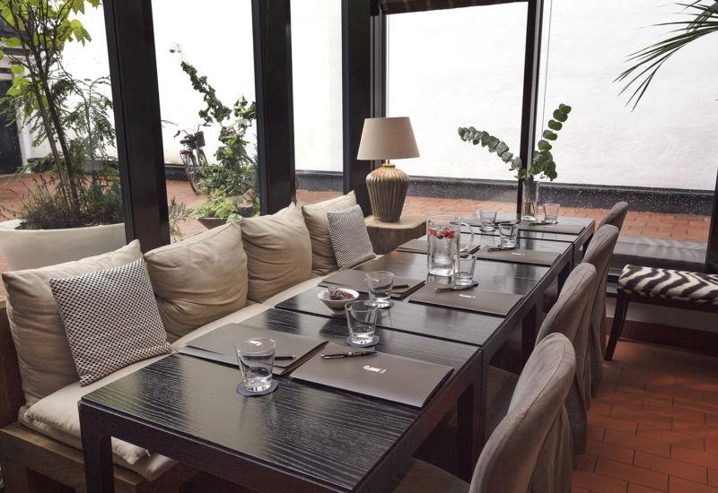Hotel Fabianin sisäpihalla on ihana katettu terassi, jossa katselee mielellään sadetta tai nauttii aurinkoisesta kesäsäästä
