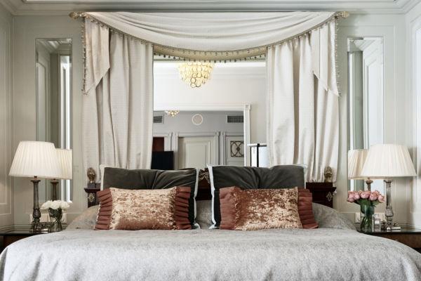 Ylellisen Kämp-sviitin romanttinen sisustus ja mahonkiset yksityiskohdat luovat lämpimän ja juhlavan tunnelman.