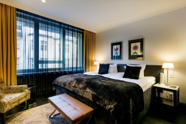 Hotellin sijainti aivan Helsingin vilkkaimman business-alueen ja hienoimpien arvoasuinalueiden välissä tekee hotellista täydellisen ja helpon kodin sekä liike- että vapaa-ajan vierailuille. Miellyttävän hiljainen Pikku Roobertinkatu varmistaa viihtyisän ja rauhallisen oleskelun Hotel Lilla Robertsissa, kuitenkin ainoastaan kivenheiton päässä kaupungin suosituimmista ravintola- ja baarielämän vetonauloista.