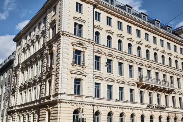 Koe Helsinki ja sen keskusta ainutlaatuisella tavalla. St. George on tyylikäs ja uniikki hotelli, jonka ovet ja ikkunat aukeavat kohti Helsingin Vanhaa kirkkopuistoa, vain kivenheiton päässä kaikesta, mitä Helsingillä on tarjottavana. Kaunis arvokiinteistö kätkee sisälleen hotellin lisäksi rentouttavia hyvinvointihetkiä tarjoavan spa - konsepti St. George Caren, fun dining makuelämyksiä tarjoavan Ravintola Andrean, koko kaupungille avoimen leipomon St. George Bakeryn sekä tyylikkään baarin lasikattoisessa talvipuutarha Wintergardenissa.