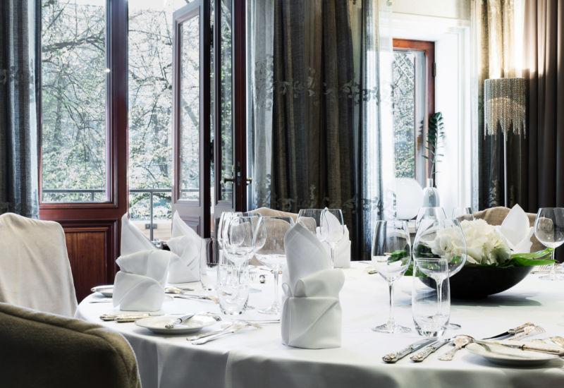 Hotel Kämpin Private Dining tarjoaa mahdollisuuden nauttia ravintolakokemuksista miellyttävässä,  yksityisemmässä miljöössä. Olipa kyseessä aamiaistilaisuus, juhlallinen liikelounas tai nautinnollinen juhlaillallinen - ainoa raja on mielikuvituksesi.   Annoksien lähtökohtina toimivat Brasserie Kämpin ajattomat klassikot – Private Dining-ateriat voivat koostua juuri kuten haluattekin.  Kolme erityisesti Private Diningiin suunnitteltua juhlatilaa kunnioittavat kuuluisia suomalaisia taiteilijoita ja kirjailijoita – Helene Schjerfbeck (kapasiteetti 8 henkilöä), J.L. Runeberg (kapasiteetti 12 henkilöä) ja Eino Leino (kapasiteetti 20 henkilöä).